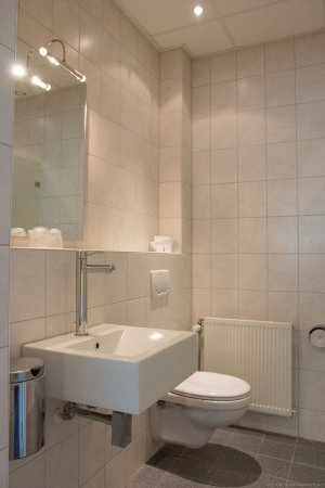 Beekbergen, Países Baixos: badkamer luxe kamer (ligbad of douche)