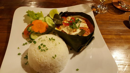 Rikitikitavi: Amok Curry in banana leaf bowl with rice and vegetables