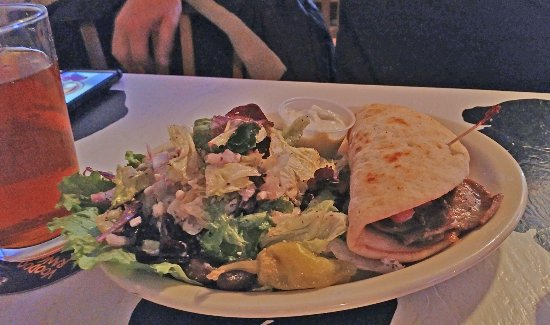 Blue Moon Bar & Grille: Gyro with Greek salad