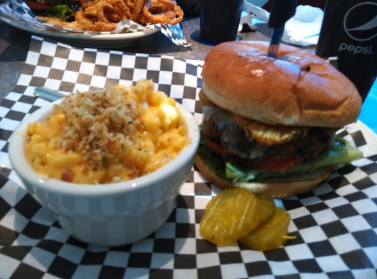 ‪‪North Attleboro‬, ماساتشوستس: Veggie burger topped with fried pickles and a side of mac & cheese‬