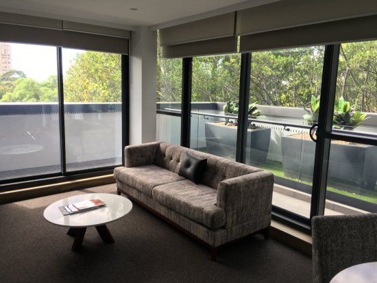 Awesome Meriton Suites North Sydney: Living Room Images