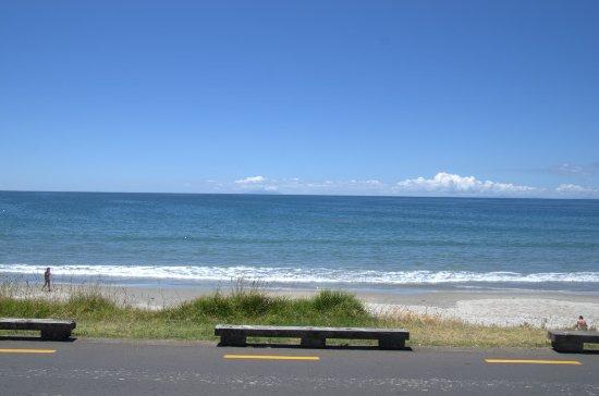 Onetangi Beach Apartments: Onetangi Beach, at yoru door step