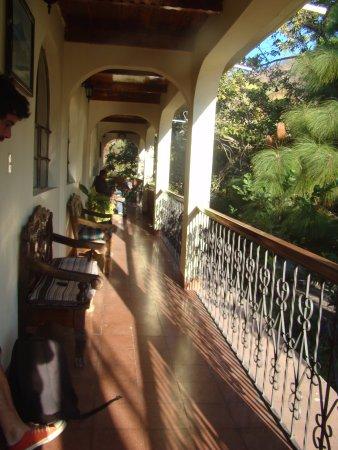 Hotel Larry's Place : La habitacion da a esta hermosa galeria colonial