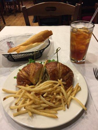 Costa Mesa, Californië: Chicken salad sandwich on croissant