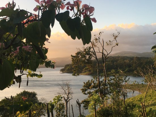Nuevo Arenal, Costa Rica: View at sunset from a nearby restaurant, at sunset on Lake Arenal