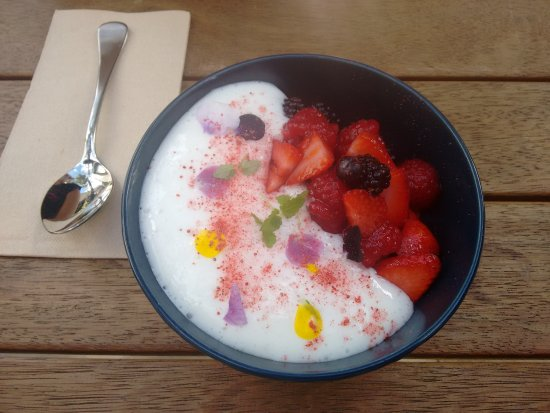 Collingwood, Australia: Coconut chia with berries