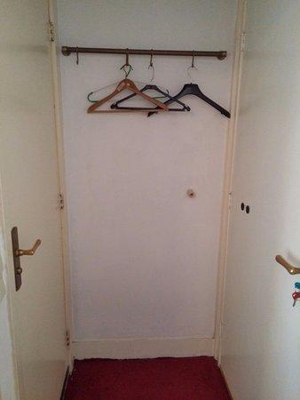 Wooden Mill Bed & Breakfast : Entrée. A gauche salle de douche. A droite sortie. Cintres dépareillés.