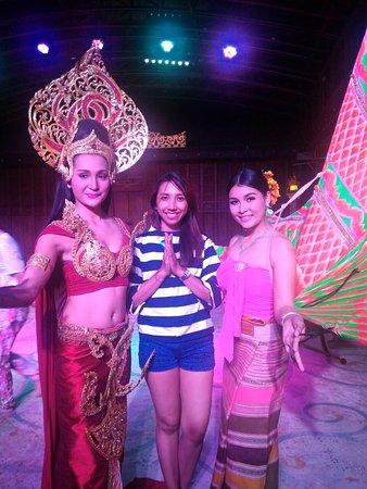 Sattahip, Thailand: foto bersama setelah Thani culture show