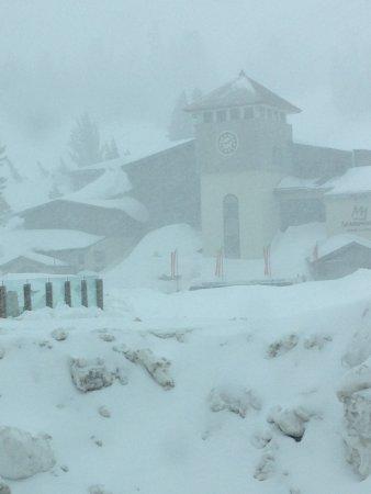 Mammoth Mountain: Main lodge and fresh powder on every run!