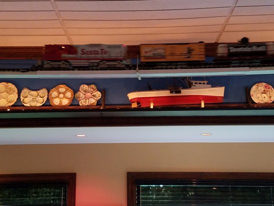 Grasonville, MD: Train runs along ceiling of restaurant