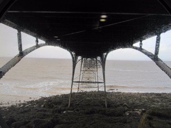 Clevedon, UK: Viewing area under pier.