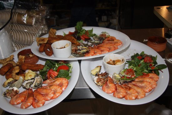 Bermagui, Australia: Preparing Hot & Cold seafood plate, with fresh local produce