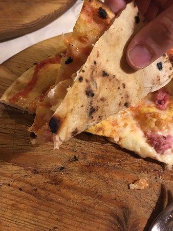 Ardea, Ιταλία: Pizza alla romana margherita con salsiccia fina e squisita!!!