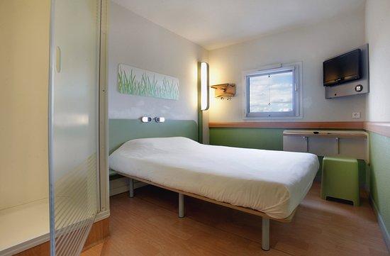 Chambre double + Espace douche - Photo de Ibis Budget Villemomble ...
