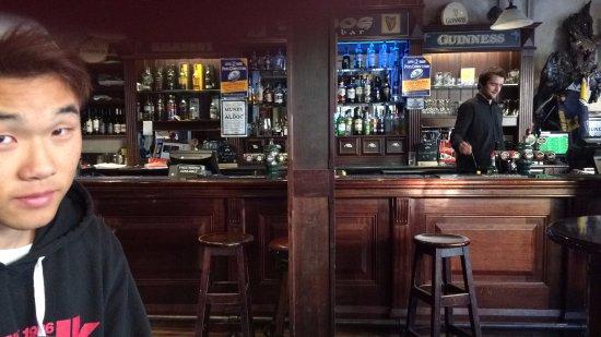 The Bog Irish Bar: このカウンターでオーダーして飲み物と引き換えに支払います。カード支払いもOK