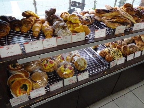 Itabashi, اليابان: 店内と種類豊富なパン