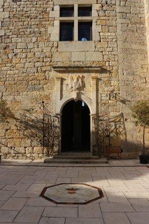 Tarn-et-Garonne, ฝรั่งเศส: L'entrée du Château de Cas aux armoiries de la famille