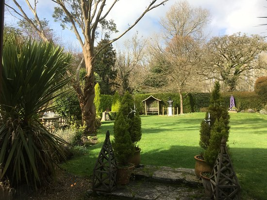 Hordle, UK: View over parts of the gardens from our table
