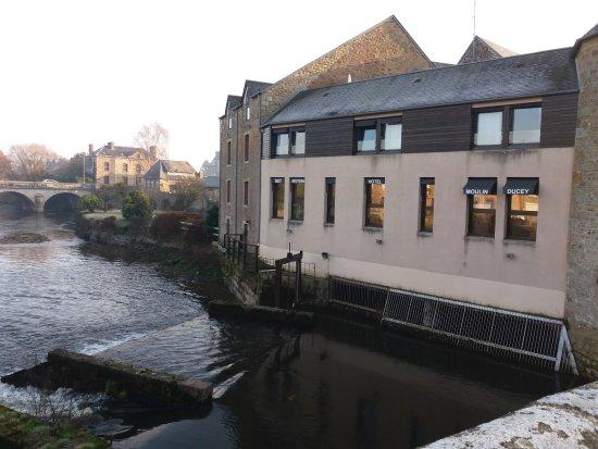 Ducey, Francia: Vue du pont sur la chambre