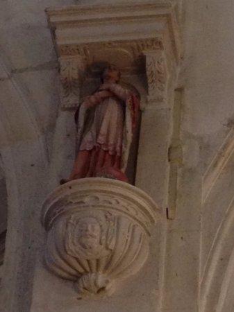 Devant le choeur, dans une niche d'un pilier, statue d'un Saint non identifié
