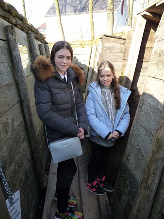 Zonnebeke, België: Inside a replica German trench.