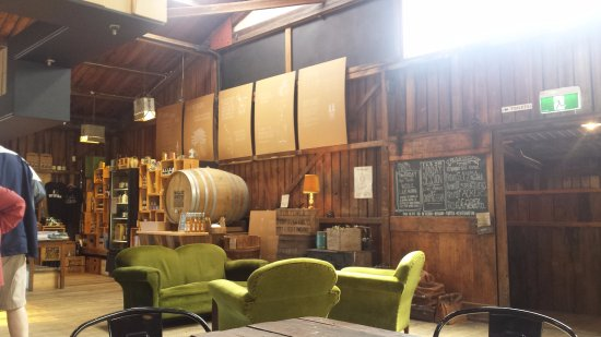 Grove, Australia: Comfy chairs and providore
