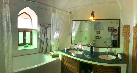 Fort Barli: Spacious bathroom