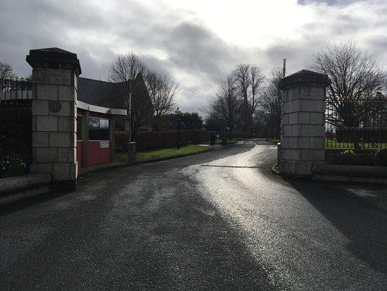 Naas, Irlanda: Entrée dans le parc de l'hôtel