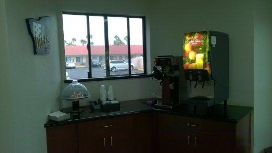 Travelodge Suites Phoenix Mesa : Breakfast area, onl;y a plate of mini muffins, coffee, juice, NO tea.