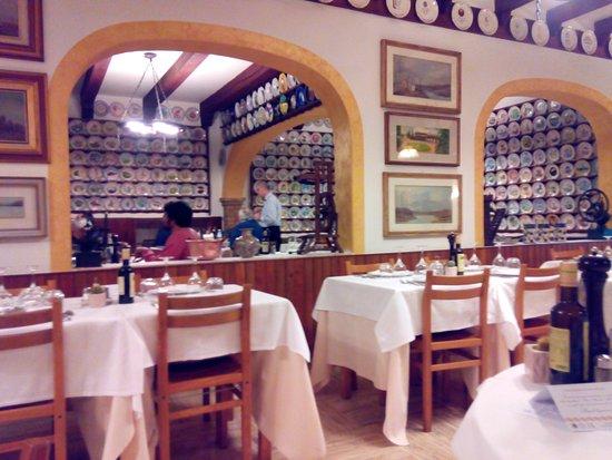 Noventa di Piave, Italia: Sala con appesi i piatti del Buon Ricordo