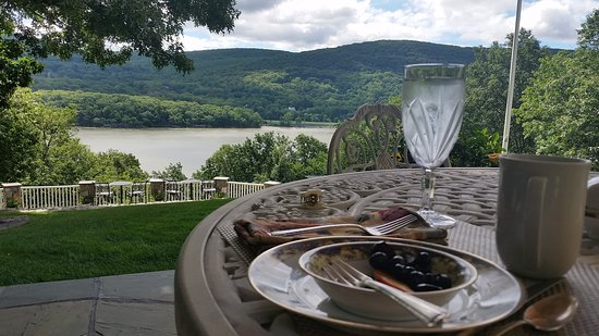The Hudson River Crest B&B: Porch for breakfast