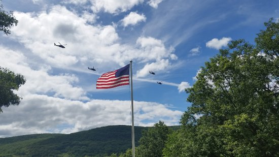 The Hudson River Crest B&B: Helicopters from the nearby Army Base
