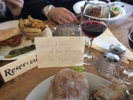 Hoxne, UK: Lunch, wine and an autograph :-)