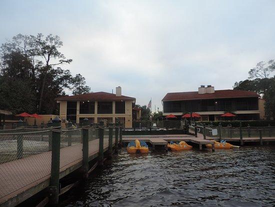 Bryan's Spanish Cove: Vista hacia el edificio de la recepcion, desde el muelle.