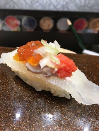 Adachi, Japan: 活きたうまずらの肝添え握りが食べたくて訪問!美味かったです。わざわざ水槽から揚げて卸してくれたのには感激でした。小肌は最高の味、口に入れて柔らかい口あたりで良かったです。甘鯛の昆布締め炙り、ス