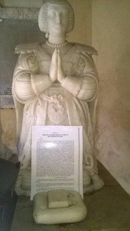 Nogent-le-Rotrou, France: Derrière l'église Notre-Dame se situe le somptueux tombeau du Duc de Sully et de son épouse Rach