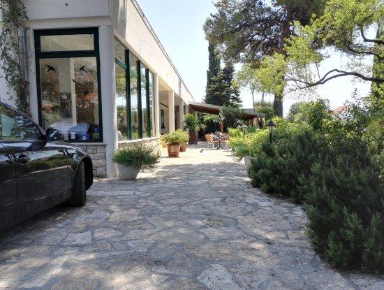 Pirovac, Chorwacja: přístup k penzionu od parkoviště