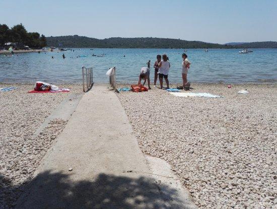 Pirovac, Kroatia: Přístup na pláž