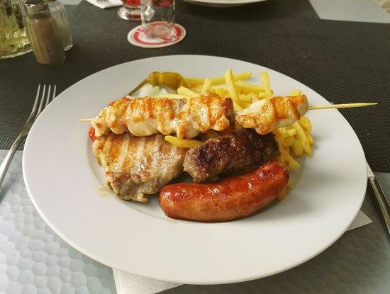 Pirovac, Kroatia: mix gril k večeři