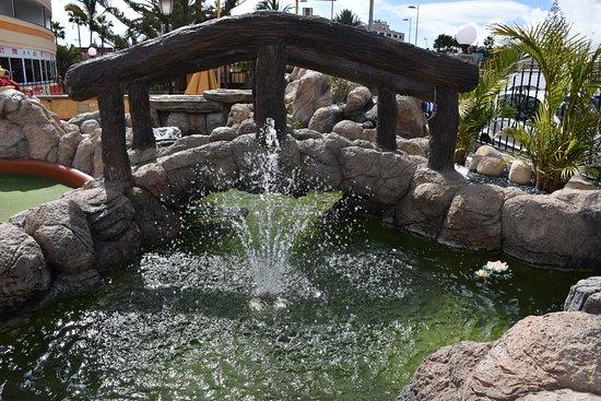 Minigolf Atlantico: point d'eau et pont agrémentant le parcours du minigolf