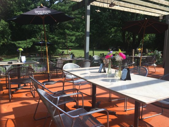 Hales Corners, WI: Patio DIning