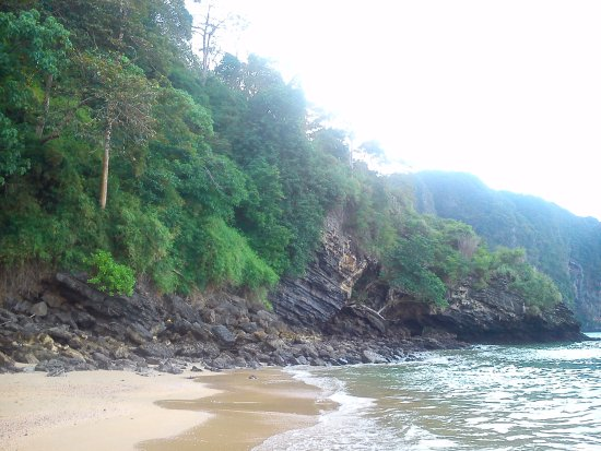 Aonang Princeville Resort: Пляж упирается в скалу. По ней проложена тропа со ступенями - по перевалу к бухте.