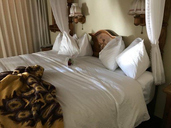 Enzian Inn: Comfy bed!