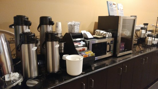 Wendover, UT: Coffee, microwave and yogurt area of complimentary breakfast