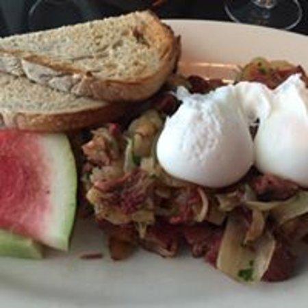 Мэдисон, Коннектикут: Corned Beef Hash with Poached Eggs for Sunday Brunch