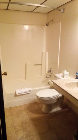 Loveland, Kolorado: Renovated bathroom. Two tiny towels, two facecloths and bathmat.