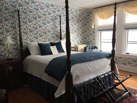 Manchester, VT : Four poster with wonderful linens