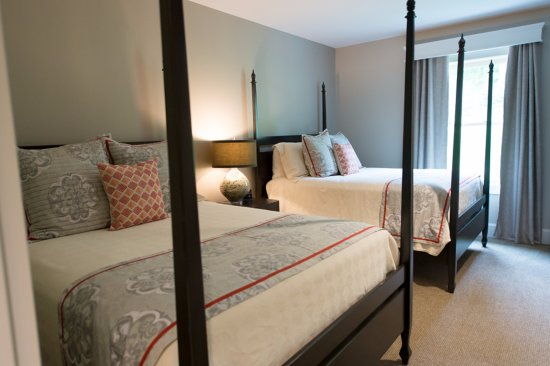 Bedford, NH: Junior Double Queen Suite at the Grand Hotel
