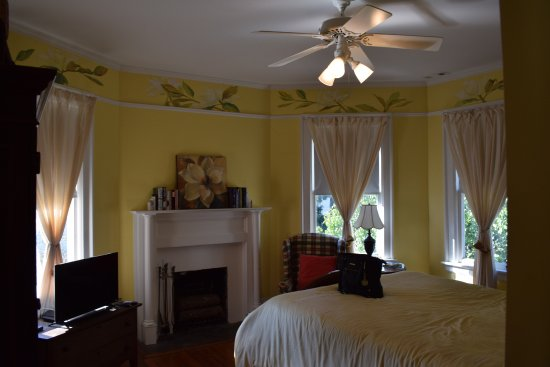 North Street Inn Bed & Breakfast : The Yellow Room