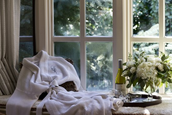 Bedford Village Inn: Luxury Suite Window Seat at the Inn